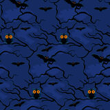 Hibou et battes sur un fond de modèle sans couture d'arbres de nuit Photo stock