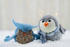 Hibou et oiseau de feutre dans la neige Photo libre de droits