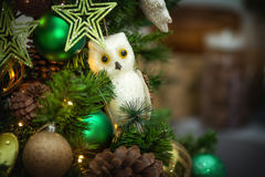 Hibou neigeux de décoration d'arbre de Noël Photographie stock