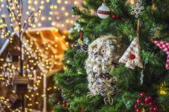 Hibou sur un arbre de Noël vert Images stock
