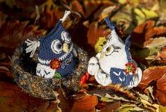 Hiboux dans l'amour Jouets tricotés de travail manuel Images libres de droits