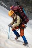 Hicker con lo zaino e l'ghiaccio-ascia fotografie stock libere da diritti