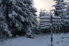 Hicking-Zeichen an den deutschen Hügeln nannte Rothaargebirge Stockfotografie
