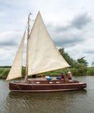 HICKLING VASTO, NORFOLK/UK - 5 AGOSTO: Navigando su Hickling Broa immagini stock libere da diritti