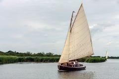 HICKLING VASTO, NORFOLK/UK - 5 AGOSTO: Navigando su Hickling Broa fotografia stock libera da diritti