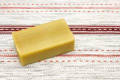 hicks tło Kąpielowi zdrojów akcesoria Naturalny handmade organicznie oliwa z oliwek mydło na drewnianym stole Stołowy doily z myd Fotografia Stock
