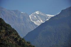 Hidding雪山在尼泊尔 库存照片