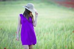 Hidding achter haar hoed Royalty-vrije Stock Foto's
