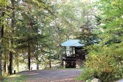 Hiden dans l'état de New-York de maison de lakeview d'arbres Photos stock
