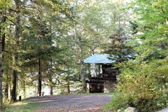 Hiden in de staat van New York van het bomen lakeview huis Stock Foto's