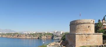 Hidirlik塔和newar安塔利亚的峭壁港口 免版税库存照片