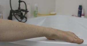 Hidrate la pierna en cuarto de baño almacen de metraje de vídeo