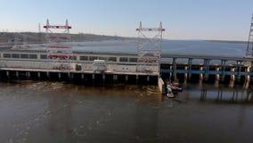 Hidro central elétrica no rio, tiro do helicóptero video estoque