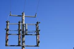 Hidro força do céu azul de torres de poder Foto de Stock