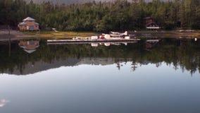 Hidroavião do hidroavião na água do estacionamento na costa do fundo filme