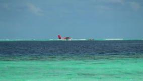 Hidroavião na superfície e no horizonte da água do fundo em Maldivas video estoque