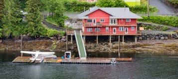 Hidroavião pela casa vermelha em Alaska Fotografia de Stock Royalty Free