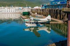 Hidroavión en el puerto deportivo con los barcos pesqueros  Imagen de archivo