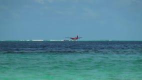 Hidroavión en superficie y horizonte del agua del fondo en Maldivas almacen de video