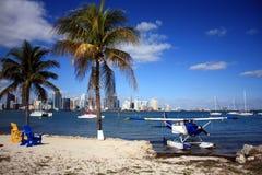 Hidroavión y horizonte de Miami Imagen de archivo libre de regalías