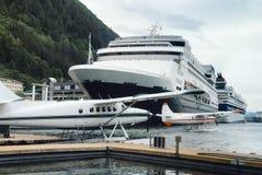 Hidroaviones y barcos de cruceros en el puerto ocupado de Juneau, Alaska Imagen de archivo libre de regalías