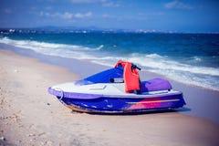 Hidrocycle straal-Ski op strand van het overzees tegen de blauwe hemel royalty-vrije stock foto's