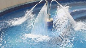 Hidroterapia del balneario - jet de la cascada almacen de metraje de vídeo