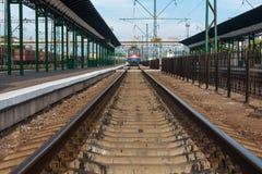 HIEB, UKRAINE, AM 12. MAI 2016 Hieb-Stadt-Bahnstation herein, Ukraine mit den Eisenbahnen, die herein zum Horizont und zu ankomme stockfotos