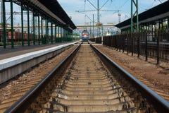 HIEB, UKRAINE, AM 12. MAI 2016 Hieb-Stadt-Bahnstation herein, Ukraine mit den Eisenbahnen, die herein zum Horizont und zu ankomme lizenzfreie stockfotos