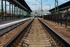 HIEB, UKRAINE, AM 12. MAI 2016 Hieb-Stadt-Bahnstation herein, Ukraine mit den Eisenbahnen, die herein zum Horizont und zu ankomme lizenzfreie stockbilder
