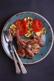 Hiebe auf dem Knochen mit gegrilltem Gemüse lizenzfreie stockfotografie