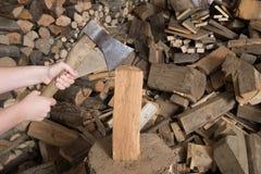 Hiebholz mit Axt- und Holzstapel Stockfotografie
