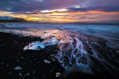 Hiela en la playa en Jokulsarlon en Islandia suroriental Foto de archivo