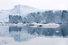 Hiela y los icebergs de regiones polares de tierra imagen de archivo libre de regalías