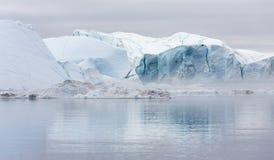 Hiela y los icebergs de regiones polares de tierra Imágenes de archivo libres de regalías