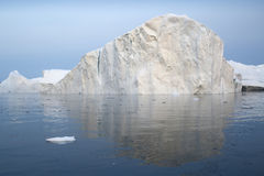 Hiela y los icebergs de regiones polares de tierra foto de archivo libre de regalías