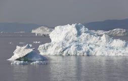 Hiela y los icebergs de regiones polares de tierra fotografía de archivo