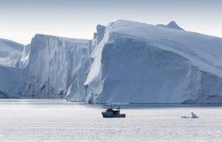 Hiela y los icebergs de regiones polares de tierra foto de archivo