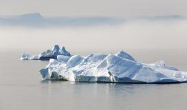 Hiela y los icebergs de regiones polares de tierra imagenes de archivo