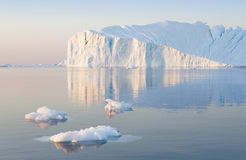 Hiela y los icebergs de regiones polares de tierra fotos de archivo