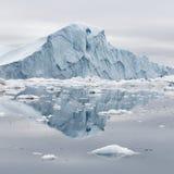 Hiela y los icebergs de regiones polares de tierra imagen de archivo
