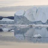 Hiela y los icebergs de regiones polares de tierra fotos de archivo libres de regalías