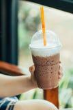 Hiele el chocolate con leche o el cacao fresco en la estación de verano en el día caliente para la bebida sana Fotografía de archivo libre de regalías