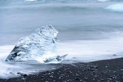 Hiele en la playa negra de Jokulsarlon, Islandia Fotografía de archivo libre de regalías