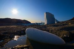 Hiele en un lago desecado - glaciar en el backgroun Imagen de archivo libre de regalías