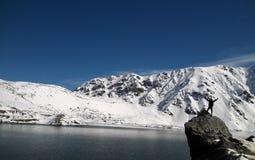 Hiele la montaña, el lago y al muchacho feliz Imagen de archivo