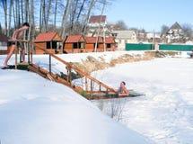 Hiele la natación en el hielo-agujero del invierno después de una sauna Imagen de archivo libre de regalías