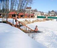 Hiele la natación en el hielo-agujero del invierno después de una sauna Imagenes de archivo