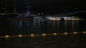Hiele los flotadores blancos protegidos agujero en el río en la noche almacen de metraje de vídeo
