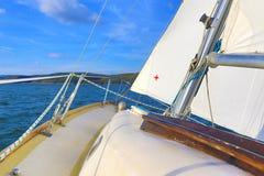 Hielende zeilboot stock afbeeldingen
